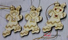 """Addobbo in legno """"Ginger bread girl"""" con cuore e guance dipinte. http://www.theartcreativity.com/"""