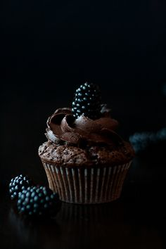 mystic light, food photography, Brombeer-Schokoladen-Cupcakes, blackberry chocolate cupcakes, recipe by www. click picture for Cupcake Photography, Dark Food Photography, Photography Ideas, Photography Lighting, Cupcake Recipes, Cupcake Cakes, Dessert Recipes, Mini Cakes, Cup Cakes