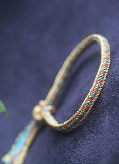 Diy Bracelets Video, Diy Bracelets With String, Diy Friendship Bracelets Patterns, Bracelet Crafts, Handmade Bracelets, Kumihimo Bracelet, Paracord Bracelets, Ankle Bracelets, Braided Bracelets