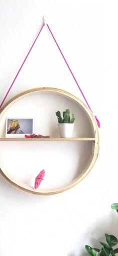 DIY: una estantería redonda sujetada con cuerdas