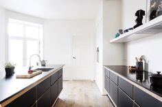 Garde Hvalsø –  køkkenbord – skabslåger – overflade – Desktop – Furniture Linoleum – Forbo - snedkerkøkken - sort
