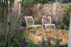 Softer example of a log wall. Outdoor Chairs, Outdoor Furniture Sets, Outdoor Decor, Outdoor Ideas, Landscape Design, Garden Design, Hampton Court Flower Show, Log Wall, Garden Show