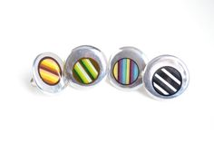 Bagues ajustables fait d'acier inoxydable. De jolies lignes colorés donne un look très printanier! Ajustable rings made of stainless with mix colours lines.
