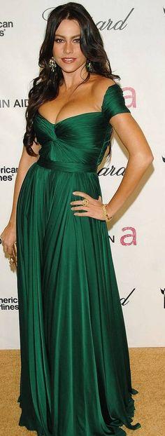 Best Sofia Vergara Outfit Ideas Looks! Green Evening Dress, Formal Evening Dresses, Formal Gowns, Green Dress, Strapless Dress Formal, Sofia Vergara, Kylie Jenner Fotos, Girls Dresses, Prom Dresses