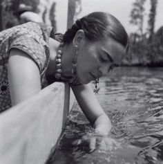 Frida Kahlo sur une barque à Xochimilco, 1936. #mexico #pulque #fiesta #dimanche #mexico