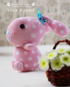 Manualidades para niños, cómo hacer un conejito de peluche con un calcetín