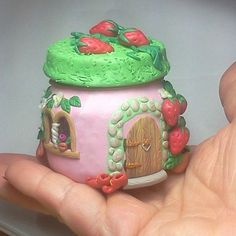 Start with a small jar and maybe those of us who artistically challenged have a chance! Polymer Clay Fairy, Fimo Clay, Polymer Clay Projects, Polymer Clay Creations, Clay Fairy House, Fairy Houses, Clay Jar, Fairy Jars, Fairy Crafts