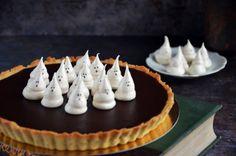 Karamelles-csokis pite szellem habcsókkal - sós karamelles csokis tart recept Cake Cookies, Halloween Decorations, Smoothies, Food And Drink, Sweets, Milkshakes, Cookie Monster, Autumn, Cakes