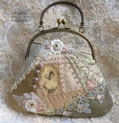 how to do crazy patchwork Handmade Handbags, Handmade Bags, Vintage Purses, Vintage Handbags, Lace Bag, Diy Sac, Frame Purse, Embroidery Transfers, Embroidery Patterns