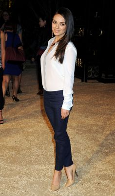 Mila Kunis shows off her post-baby body as she wears skinny jeans to Burberry event in Los Angeles Mila Kunis Feet, Mila Kunis Hair, Mila Kunis Style, Jennifer Aniston Style, Burberry, Post Baby Body, Hot Brunette, Mode Style, Celebrity Style