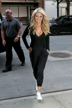 CHRISTIE BRINKLEY Out and About in New York 07/29/2016 Over 50 Womens Fashion, Fashion Over 50, Mom Outfits, Casual Outfits, Beautiful Women Over 50, Christie Brinkley, Weekend Style, Passion For Fashion, Casual Looks