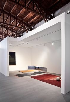 The minimalist execution of the 12 houses that take up the central space of the warehouse is inspired by the artworks and industrial studio spaces of Donald Judd and Richard Serra. The idea is that the houses will serve as a traditional white cubes, in which to display the &tradition collection.