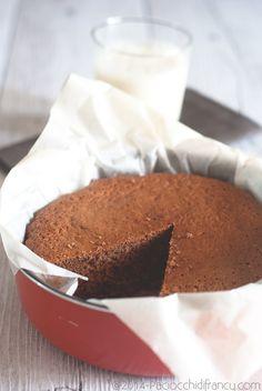 """Quattro quarti al cacao Ingredienti per una tortiera di 18-20 cm di diametro  100 gr farina 00 100 gr zucchero 1 cucchiaio cacao*  2 uova """"felici"""" 50 ml olio evo 1/2 bustina di lievito *il mio era zuccherato e per tale ragione ho diminuito la dose dello zucchero. Se lo utilizzate amaro, portate a 120 gr la dose di zucchero."""