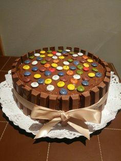 Una de nuestras preferidas!! Tarta de cumpleaños de bizcocho de vainilla, rellena de crema de chocolate con leche y frambuesa! Decorada con kit kats y lacasitos! Mmmm!!