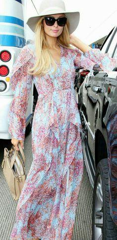 A combinação de longo estampado, pastel com óculos grande e acessórios nude, da Paris Hilton, também é uma ótima inspiração para um fim de semana quentinho.👗👒 #beautiful #parishilton #holliday #fashion #style