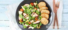 Geen zin om uitgebreid te koken? Deze gezonde en makkelijke salade met zelf gemaakt knoflookbrood staat binnen 20 minuten op tafel!