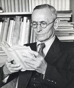 Hermann Hesse leyendo.