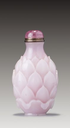 A PINK AND WHITE 'SANDWICHED' GLASS 'LOTUS' SNUFF BOTTLE QING DYNASTY, EARLY 18TH / EARLY 19TH CENTURY
