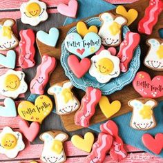 Bacon And Eggs Cookies – So Stinkin Cute Eorganne Bell ! speck und eier cookies – so stinkin cute eorganne … Valentine's Day Sugar Cookies, No Egg Cookies, Iced Cookies, Royal Icing Cookies, Cupcake Cookies, Cookie Favors, Heart Cookies, Easter Cookies, Christmas Cookies