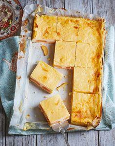 Aprikosenkuchen mit Sauerrahmcreme | http://eatsmarter.de/rezepte/aprikosenkuchen-mit-sauerrahmcreme