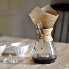 The Chemex coffeemaker was invented in the United States by chemist Peter Schlumbohm in the 40's. Its simplicity of design and neutral materials have made it a star object of Bauhaus artistic movement. It is part of the permanent collections of many museums including the Museum of Modern Art in New York.