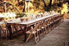 déco mariage champêtre - table longue en bois, décorée de bougies, paniers et numéros de table