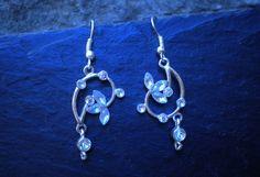 Boucles d'oreilles argentées, magnifique motif arabesques strass bleu clair : Boucles d'oreille par ghilou-creations-ceintures-bijoux
