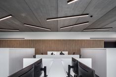 Zoutman - Roeselare | Need some inspiration for ceiling lights? Looking for some new ideas for hallway lighting?  These days, interior design is all about making a space truly your own by mixing and matching different elements. And that's where our SLD50, a refinement of the SL mini naked design, comes into play.  #productdesign #lightingdesign #architectural #design #lighting #interiordesign #inspiration #amazinglight #decoration #black #supermodular #sld50 Track Lighting Bedroom, Pendant Track Lighting, Hallway Lighting, Office Lighting, Lighting Ideas, Lighting Design, Ceiling Lighting, Flexible Track Lighting, Delta Light