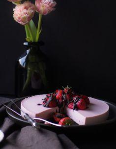 Was gehört zum Frühling? Die ersten Erdbeeren! Und die habe ich zu einem köstlichen Strawberry-Cheesecake mit Oreo-Boden verarbeitet!