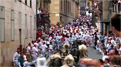 rozgłos na całym świecie uzyskała głównie za sprawą słynnych ucieczek przed bykami, po hiszpańsku encierro. Ucieczki niesłychanie rozsławiły miasto, a relacje telewizyjne są transmitowane na cały świat. #hiszpania #pampeluna #encierro