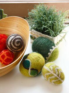 Pienetkin määrät huovutuslankaa riittävät pääsiäismuniin. Pesukonehuovutettuihin muniin on tehty kuviot neulahuovuttamalla. (3510) Leikitellen kevääseen, Mallikerta-lehti nro 1/2015. Felt, Crafts, Felting, Manualidades, Handmade Crafts, Craft, Crafting