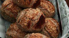 En opskrift på lækre og flotte, italiensk inspirerede grovboller med valnød, timian og trøffelolie. Bread Bun, Pan Bread, Dough Recipe, Scones, Bread Recipes, Tapas, Healthy Snacks, Muffin, Food And Drink