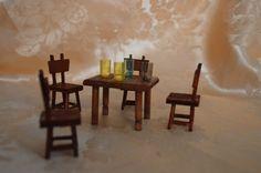 Tavolo e 4 sedie in miniatura , artigianali in legno. Adatto per casa delle bambole o per collezionismo.  Dimensioni: tavolo cm 3,5 x 4,5 sedie cm 4,5 x 2