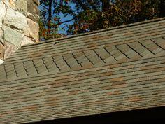 Capela Barbara Johnson Prickett, no campus da Escola Westminster em Atlanta, estado da Georgia, USA. A ardósia do  telhado é uma rede de sombra e diagonais. Liso, matizado, bordas chanfradas ásperas, um trabalho feito com muita perícia.  Fotografia: Terry Kearns no Flickr.