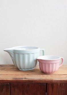 Any pretty or colored mixing bowls, preferably with a handle but doesn't have to have a spout. Heavy plastic or pottery or glass Pastel Kitchen Decor, Turquoise Kitchen Decor, Vintage Kitchen Decor, Vintage Home Offices, Modern Vintage Homes, Cooking Gadgets, Kitchen Gadgets, Big Kitchen, Kitchen Modern