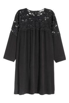 Vestido de crepé: Vestido en tejido de crepé con canesú en encaje calado. Modelo corto y ancho con botones en la espalda. Forrado.