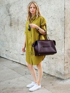 2.Niedrige Variante der ChucksSie sehen zum Kleid richtig super aus. Besonders cool:der Kontrast zwischen den lässigenSchuhen und einem schickenHemdblusenkleid mitedlem Shopper.