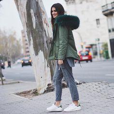 Sneakers outfit - Adidas Stan Smith, Kaki Parka and comfy grey pants (©martalozanop) Casual Skirt Outfits, Casual Winter Outfits, Parka Outfit, Sneaker Outfits Women, Mens Winter Coat, Winter Coats, Adidas Outfit, Down Parka, Grey Pants