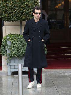 Mark Ronson - hodajuća celebrity street style inspiracija. Mark Ronson, James Dean, Menswear, Celebrity, Street Style, Mens Fashion, Journal, Guys, Coat