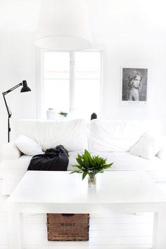 minimalistisch - Wohnzimmer - weiße Couch