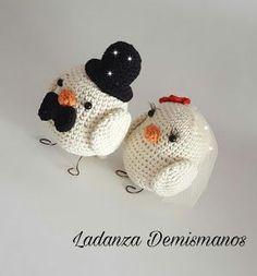 Ladanza Demismanos: PAJARITOS NOVIOS !! Crochet Bird Patterns, Crochet Birds, Crochet Patterns Amigurumi, Love Crochet, Crochet Dolls, Crochet Hats, Crochet Classes, Wedding Doll, Crochet Wedding