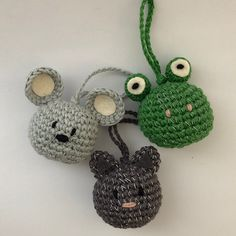 Here you get a free crochet pattern, so you can make nice reflection keychains of animal designs yourself. Crochet Toys, Free Crochet, Knit Crochet, Crochet Cat Pattern, Crochet Patterns, Mr Stitch, Halloween Spider Decorations, Crochet Keychain, Halloween Crochet
