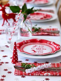 Thème tradition pour la décoration de cette table de Noël. On accessoirise avec des flocons sur la nappe, des serviettes à motif de Noël, des pailles, de la vaisselle et des crackers !