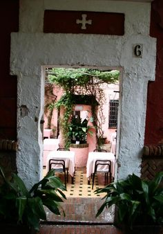 Patio en el Barrio de Santa Cruz en Sevilla... Love this restaurant!
