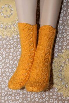 Ilona - ilmainen neuleohje keväisen keltaisiin pitsineulevillasukkiin Knitting Stitches, Knitting Socks, Hand Knitting, Knitting Patterns, Crochet Patterns, Knit Socks, Quick Knits, Knitting Magazine, Cool Socks
