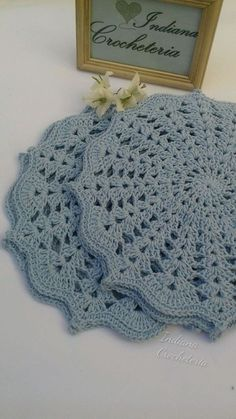 Gorgeous croche sousplats in baby blue color! for you that like to receive with refinement or to give. Game with 4 pieces. Each sousplat measures Note: I accept orders for game of 6 and 8 pieces in the color you wish. Crochet Mat, Crochet Pillow Pattern, Crochet Doily Patterns, Crochet Squares, Crochet Home, Crochet Doilies, Crochet Flowers, Free Crochet, Crochet Placemats