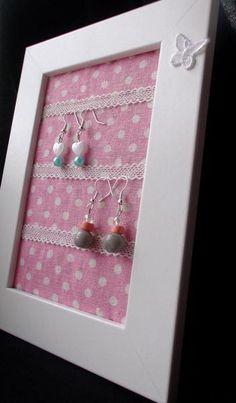 Rosalie ein kleiner Bilderrahmen um deine Ohrringe aufzuhängen und die Übersicht deiner Schuckstücke zubehalten.Hier kannst du ca. 10 Ohrrinpaare aufhängen und ordnen.  Wenn du ein Geschenk suchst, bist du hier genau richtig: für deine Mama, Schwester, Freundin, zum Geburtstag oder zu besonderen Anlässen als kleine Überraschung zwischendurch!   Darüber freut sich jede Frau!  http://de.dawanda.com/product/46860750-Rosalie