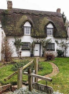 Beautiful cottage with thatched roof What Is A Cottage, Old Cottage, Garden Cottage, Cottage Living, Cute Cottage, Coastal Cottage, English Cottage Style, Cottage Style Homes, English Cottages