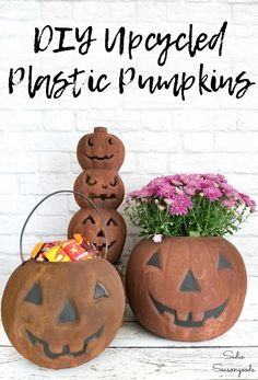 Plastic pumpkins or Candy buckets from the thrift store get a rustic makeover and look like old, rusty cauldrons! You won't believe how realistic this rust finish is, and how easy it is to achieve. Perfect for a rustic farmhouse Halloween! #Halloweencrafts #plasticpumpkins #upcycledHalloween #RepurposedHalloween #Halloweencraftideas #DIYHalloweencrafts #DIYHalloween #fauxfinish #rusteffect #upcyclingideas Primitive Halloween Decor, Rustic Halloween, Farmhouse Halloween, Primitive Crafts, Halloween Crafts, Primitive Autumn, Primitive Snowmen, Halloween Parties, Primitive Christmas