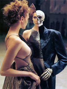 Richard Avedon assina esse ensaio fotográfico que fala de moda através do relacionamento de uma modelo e uma caveira. Estranho? É Dia das Bruxas...